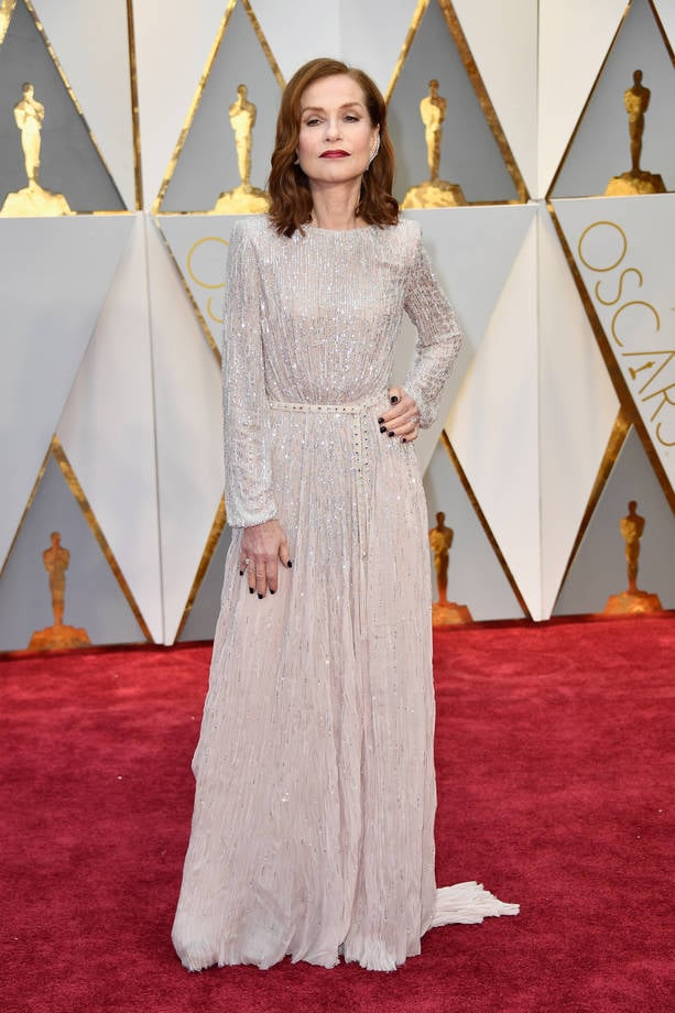 Isabelle Huppert in abito bianco argento ed earcuff