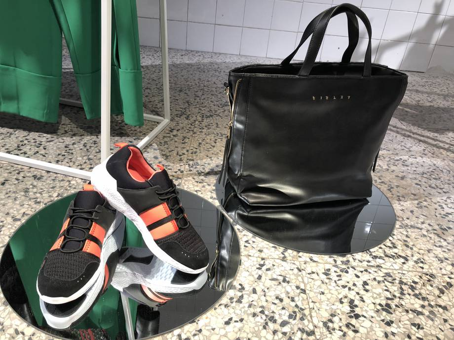 Shopping bag e sneakers nere strisce rosse