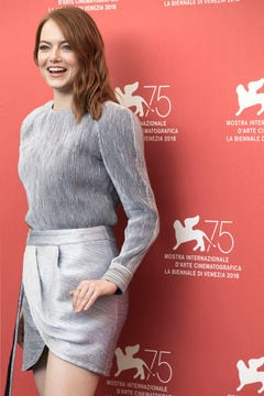 Emma Stone total look in argento