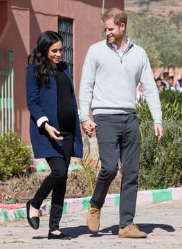 Meghan Markle incinta con outfit casual