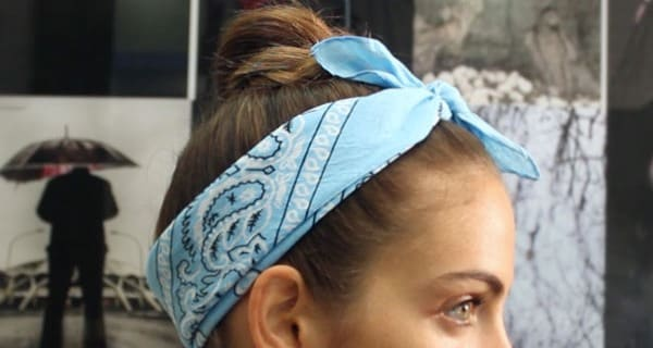 Come realizzare un'acconciatura hipster con bandana | Video tutorial