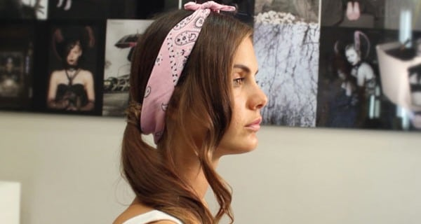 Come realizzare un'acconciatura romantica con bandana | Video tutorial